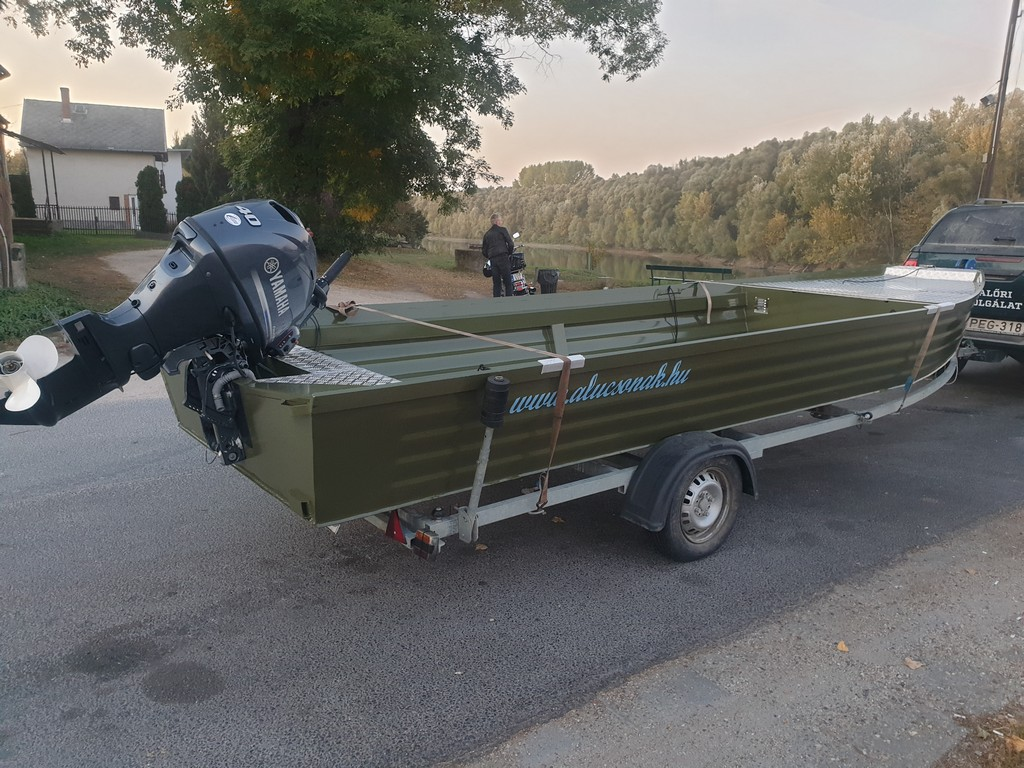 Új terepjáró és halőri csónak